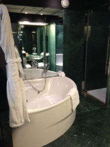 Hilton Madrid Airport King Relaxation Room's Bathroom